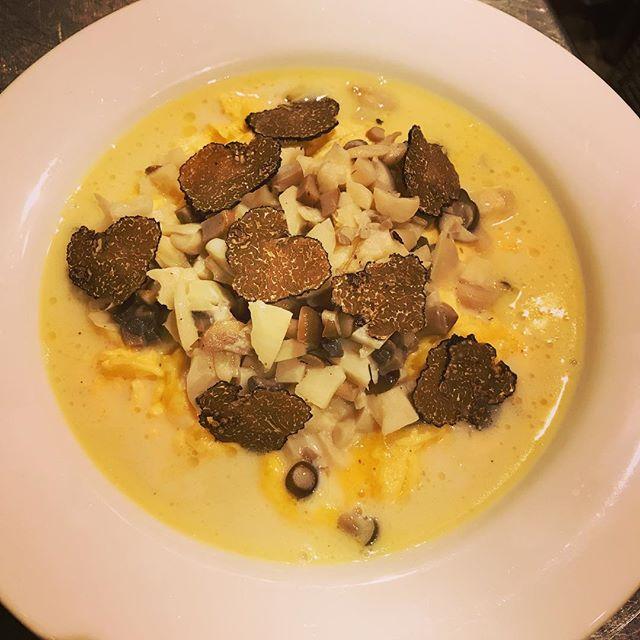 スクランブルエッグ、色々キノコのスープ仕立て。#ビストロ #レストラン#bistro #restaurant #西麻布#六本木#nishiazabu #roppongi#egg #oeuf #キノコ #きのこ #champignon #champignons#truffe #トリュフ