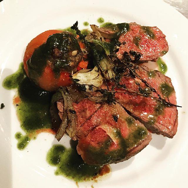 仔羊もも肉のロースト、ニンニクとタイム風味。トマトのファルシー添え。バジルソース。#nishiazabu#roppongi#bistrot#restaurant#agneau#viande#tomate#farci#basil#basilique#西麻布#六本木#ビストロ#フレンチ#レストラン#仔羊#もも肉#バジル#トマト#肉#肉料理