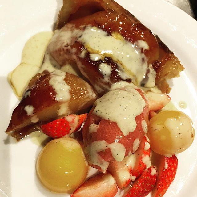 タルトタタン。イチゴとカシスのソルベとキンカンのコンポート。#nishiazabu#roppongi#restaurant#bistrot#french#cuisse#tartetatin #tarte #pomme #apple #fraise #strawberry #kinkan #applepie #pie#西麻布#レストラン#六本木#乃木坂#りんご#リンゴ#アップル#パイ#アップルパイ#タルト#タルトタタン#キンカン#コンポート#ソルベ#イチゴ