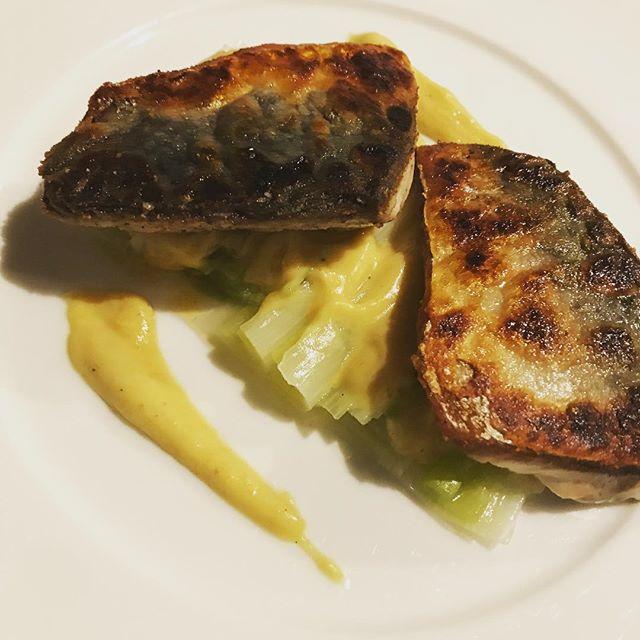 サバのポワレ、ネギのマリネ添え。#nishiazabu#roppongi#nogizaka#bistrot#restaurant#maquereau #poireau #vinaigrette #サバ#鯖#魚#料理#西麻布#六本木#ビストロ#レストラン#ネギ