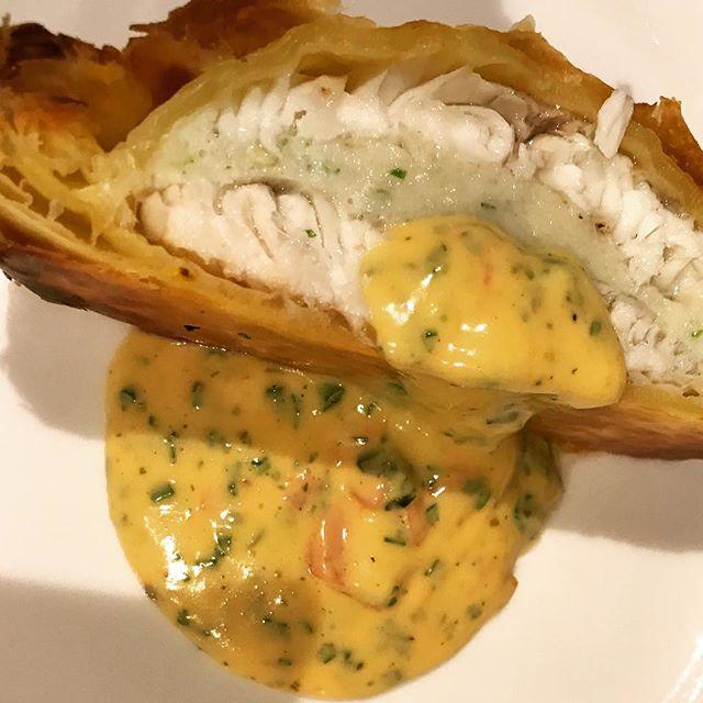 ホタテのムースを挟んだスズキのパイ包み焼き、ソースショロン。#nishiazabu#nogizaka#roppongi#french#bistrot#restaurant#loup#bar#stjacques #croute #croûte #sauce#choron #bearnaise #tomate#西麻布#六本木#乃木坂#フレンチ#ビストロ#レストラン#スズキ#鱸#帆立#ホタテ#パイ#パイ包み#ショロン