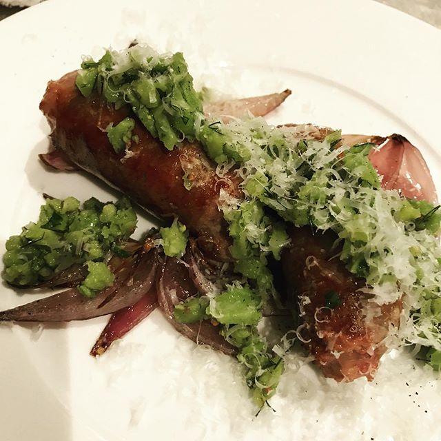 サルシッチャのポワレ、崩したそら豆と香草のソース、ローストした赤玉ねぎとペコリーノチーズ添え。#nishiazabu#nogizaka#roppongi#bistrot#restaurant#french#cuisine#sausage #saucisse #feve #aneth #dill#persil#西麻布#六本木#乃木坂#ビストロ#レストラン#ソーセージ#サルシッチャ#そら豆#玉ねぎ